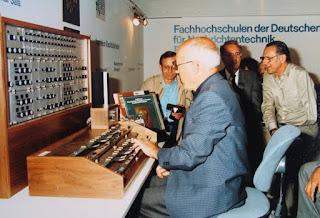 Oskar Sala probando el control manual del Mixturtrautonium transistorizado en la feria IFA de Berlín en septiembre de 1983