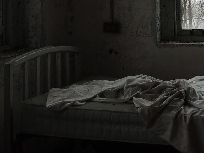 Siapa atas katil tu?
