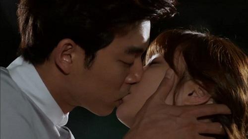 Tips Memainkan Lidah Saat Ciuman Pertama Agar Tidak Grogi