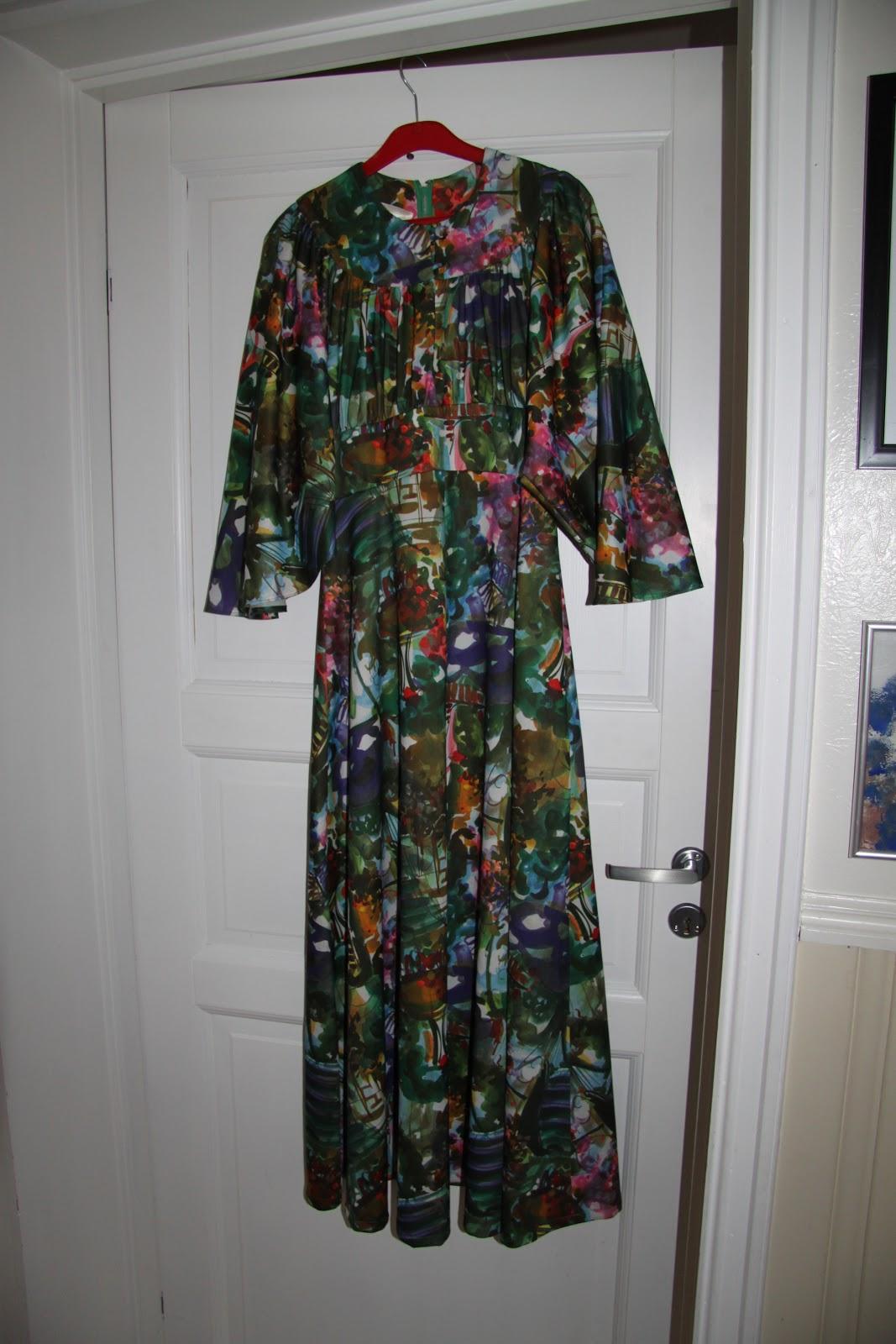 68b837020866 Redesignkjole i glade friske fargar. Denne kjolen er sydd av bl.a  gjenbruksmateriale frå ein fantastisk fargerik vintagekjole