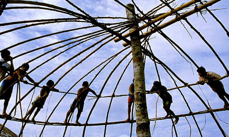 Ocas Xingu sendo construídas por crianças