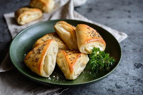 Fokhagymás, fetás párnák kelt tésztából: krémes és omlós falatkák