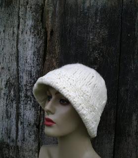 manequim com chapéu tricotado e feltrado   de lã de ovelha