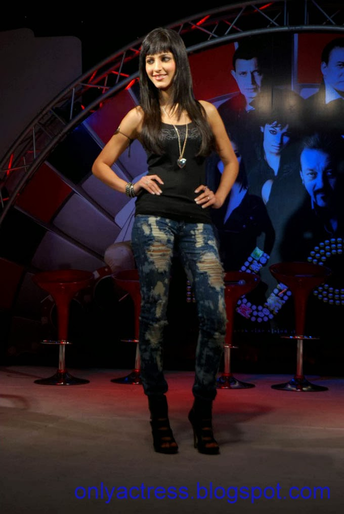 Sruthi Hasan Hot Singing At An Event  Biography And Hot -5705