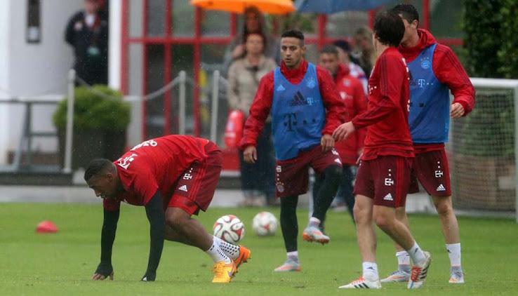 6b0168e43 This picture shows Robert Lewandowski at today's Bayern training, wearing  the new grey Nike Hypervenom Phantom 2 Football Boots.