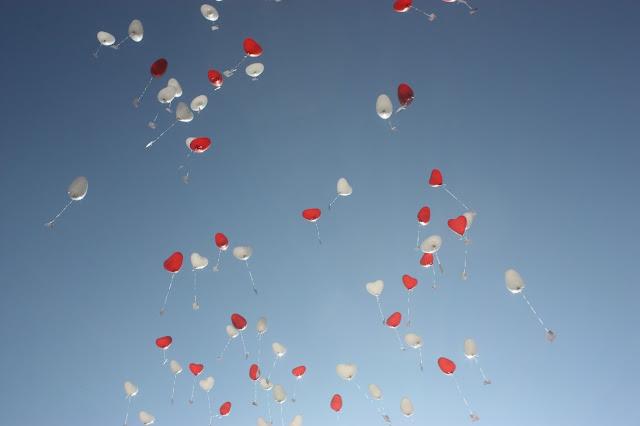 Rote und weiße Herzballons, Pastell und Vintage Hochzeit in zarten Regenbogenfarben, Riessersee Hotel, Garmisch, Bayern, vintage lake-side wedding in pastel colours, Germany, Bavaria, wedding destination