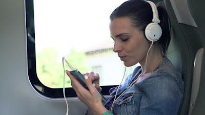 Mendengaekan Musik di Bus