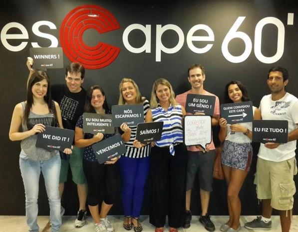 Equipe Apaixonados por Viagens escapando da Sala Corredor da Morte - Escape 60