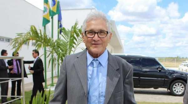 Prefeito de Limoeiro do norte entra na justiça contra ex-prefeito