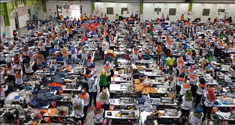 ribuan karyawan Eiger sedang senam peregangan