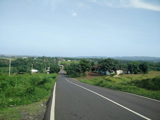 Pemandangan di salah satu titik antara Pantai Santolo dengan Pantai Rancabuaya