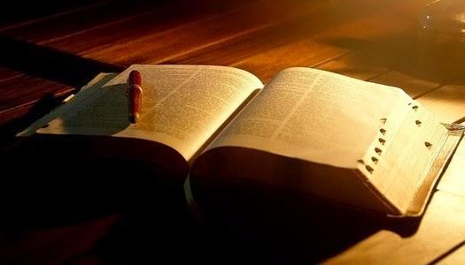 Biblia abierta libro valioso para la humanidad