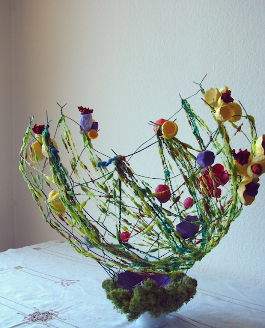 Riciclo creativo, design green: vasi realizzati con fiori di carta e lana