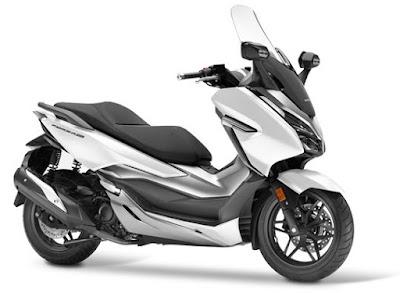 Honda Forza 300 2018 atau Forza 250 warna putih dari depan