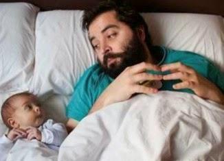 Padre e hijos en la cama para dormir