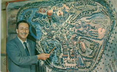 Walt Disney apontando para o mapa de seu primeiro parque