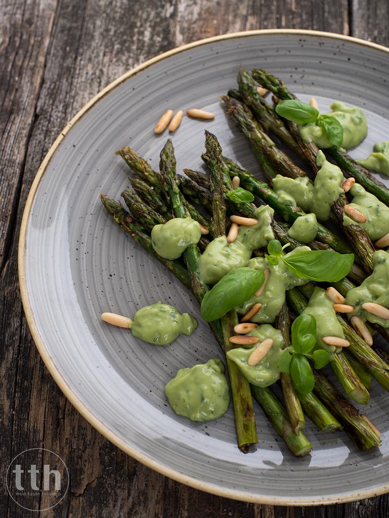 Zielone szparagi z bazyliowym sosem z awokado - przepis weganskie, bezglutenowe