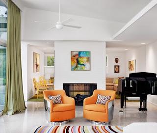 sala en naranja y blanco