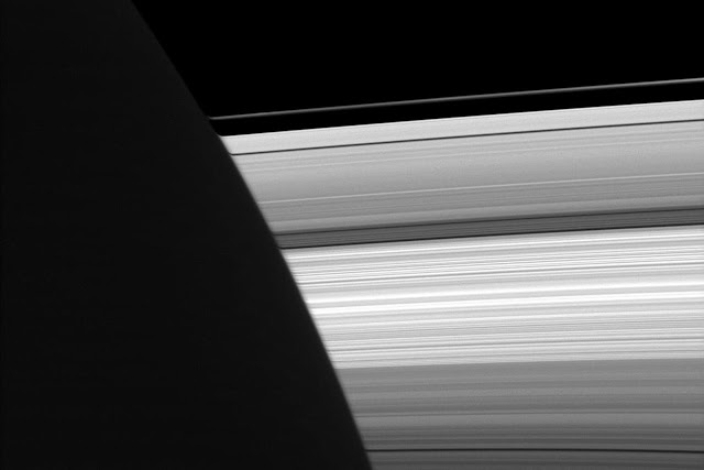 Phía ban đêm nhìn về phía ban ngày. Hình ảnh chụp vào ngày 7 tháng 9 năm 2009. Hình ảnh: NASA/JPL.