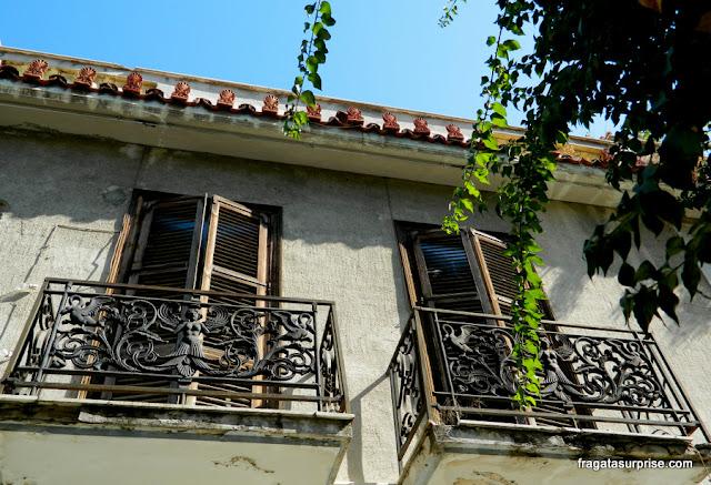Uma fachada em Anafiotika, bairro aos pés da Acrópole de Atenas