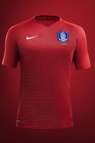 9f8f12eb62 Completam o uniforme, calção vermelho e meiões azul royal.