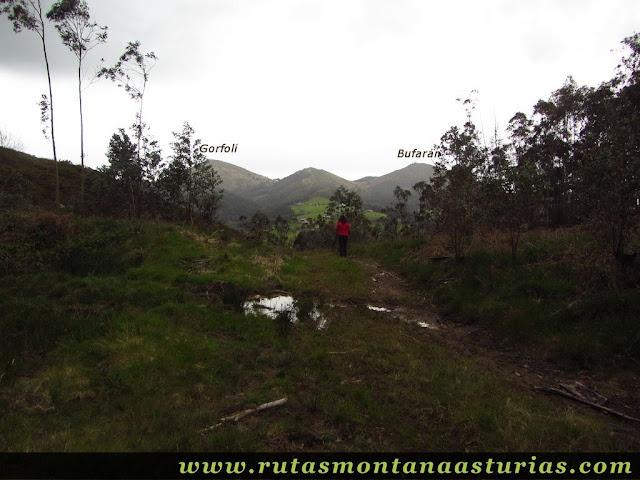 Descendiendo del Pico Prieto, con los Gorfolís de fondo