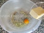 Tarta cu mere preparare reteta aluat - punem oul si untul in vas