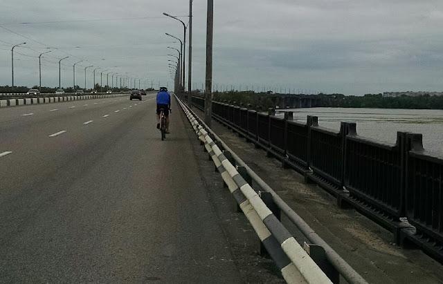 велосипедист на Амурском мосту