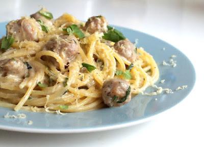 Spaghetti z białą kiełbasą