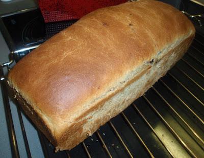 Pan de naranja y pasas enfriando sobre una rejilla