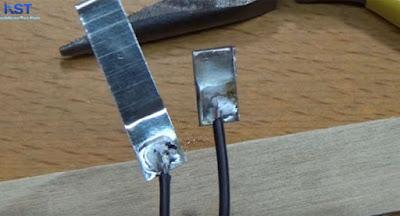 Hàn dây điện vào hai miếng sắt nhỏ làm công tắc