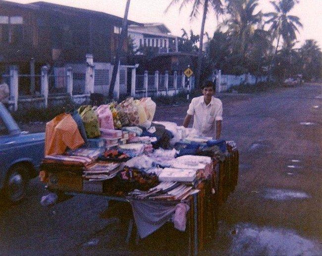 Продавец одежды