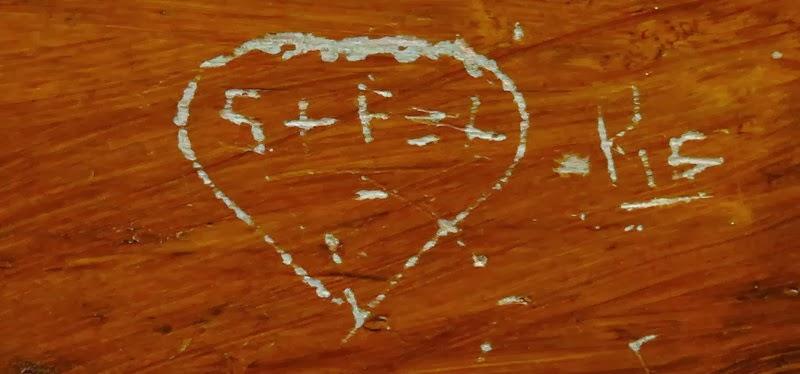 Un cuore stilizzato inciso all'interno con due iniziali