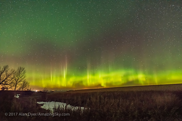 Cực quang rực sáng một vùng trời tại tỉnh Alberta, Canada vào Thứ sáu ngày 13, tháng 10 năm 2017 vừa qua. Hình ảnh: Alan Dyer.