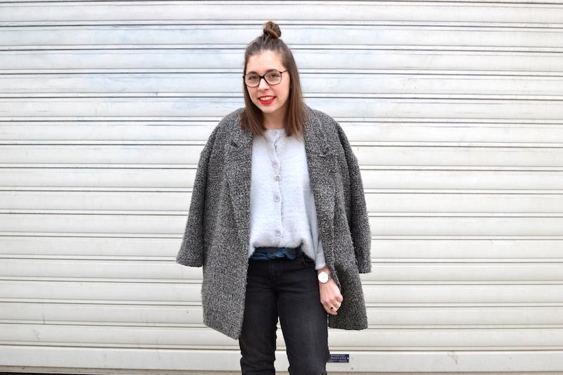 manteau gris chiné H&M, gilet angora Pretty Wire, jean noir Mango, foulard Hermés, collier l'atelier d'amaya