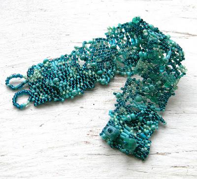 Бирюзовый браслет из бисера - фриформ