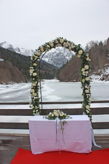 Trauung unter der Alpspitze, Eisblau und Leuchtrot, Winterhochzeit in den Bergen von Bayern, Riessersee Hochzeitshotel Garmisch-Partenkirchen, Winter wedding in Bavaria, Germany