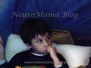 Niño con parasomnia despierto en la noche