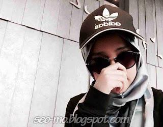 Foto Keren Wirda Salamah Ulya Pakai Topi dan Kacamata
