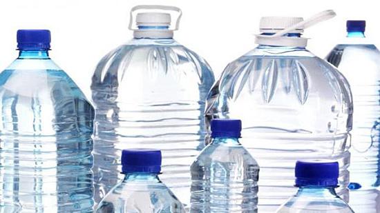 Agua em garrafas plasticas contaminadas por plastico