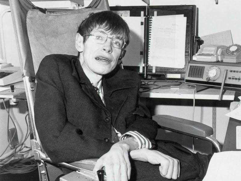 Stephen Hawking gắn liền với chiếc xe lăn trong phần lớn cuộc đời của mình, hình chụp vào năm 1982. Hình ảnh: Bettmann Archive/Getty Images.
