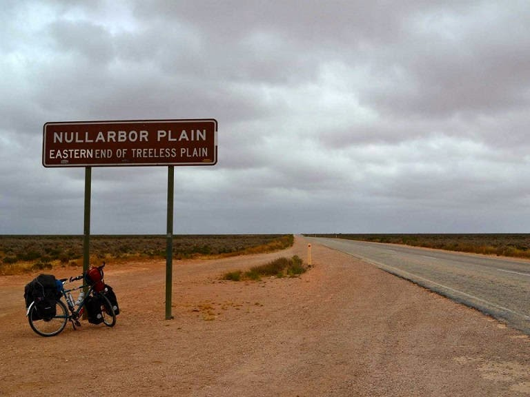 Here's the start of a treeless section of Nullarbor Plain – 1000 km without any shops. Tough, but worth it. At the end some local travelers helped me out with beans, biscuits and potatoes. - This Guy Sold Everything He Owned To Bike Through 70 Countries In 5 Years