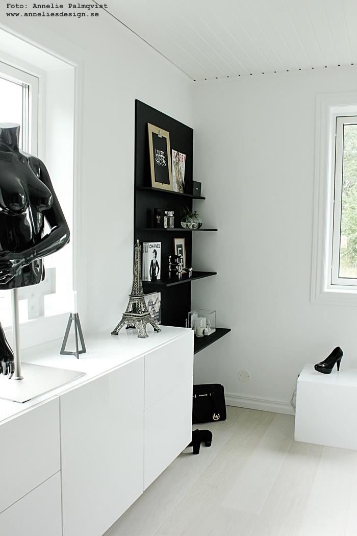 walk in lcoset, hylla, svart och vitt, svartvit, svartvita, eiffeltorn prydnad, dekoration, eiffeltornet, wic, walk in closet detaljer, inredning, annelies design