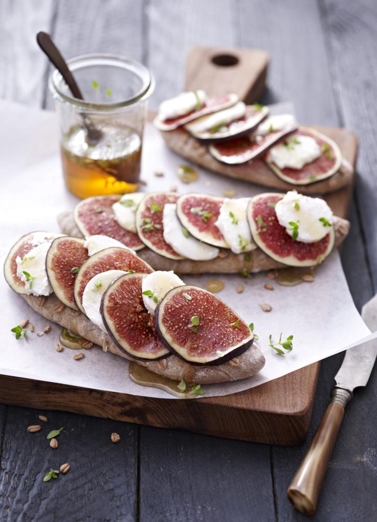 Feigen Senf Brot Mit Ziegenfrischkäse Feigen Scheiben Und Thymian