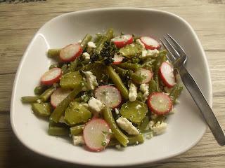 Ensalada de judías verdes con feta, rábanos, cebolla y aromáticas.