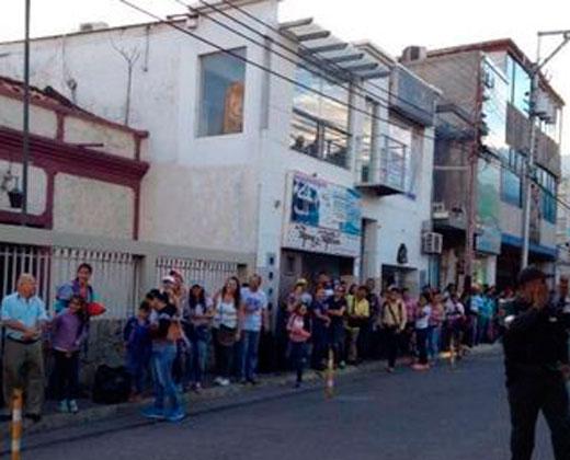 """Gritos de """"Tenemos hambre"""" se escuchan en la cola para cruzar la frontera con Colombia"""