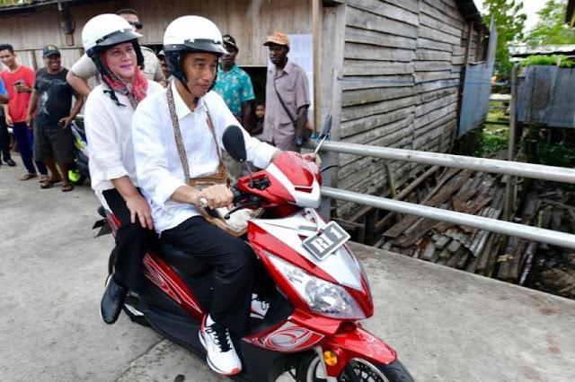 Motoran Lagi, Jokowi Bonceng Ibu Negara Keliling Asmat