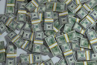 Dinero. Billetes de dólar americano sobre la mesa