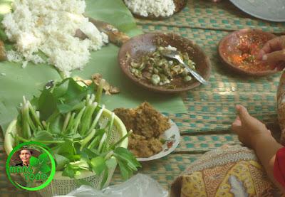 FOTO : Makan dengan lalap eceng sawah, kemangi, rangdamidang, karedok terong peuheur, mentimun.. ditambah sambel goang dan bacetrok plus ikan peda.