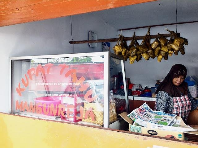 Ibu penjual Kupat Tahu Mangunreja.